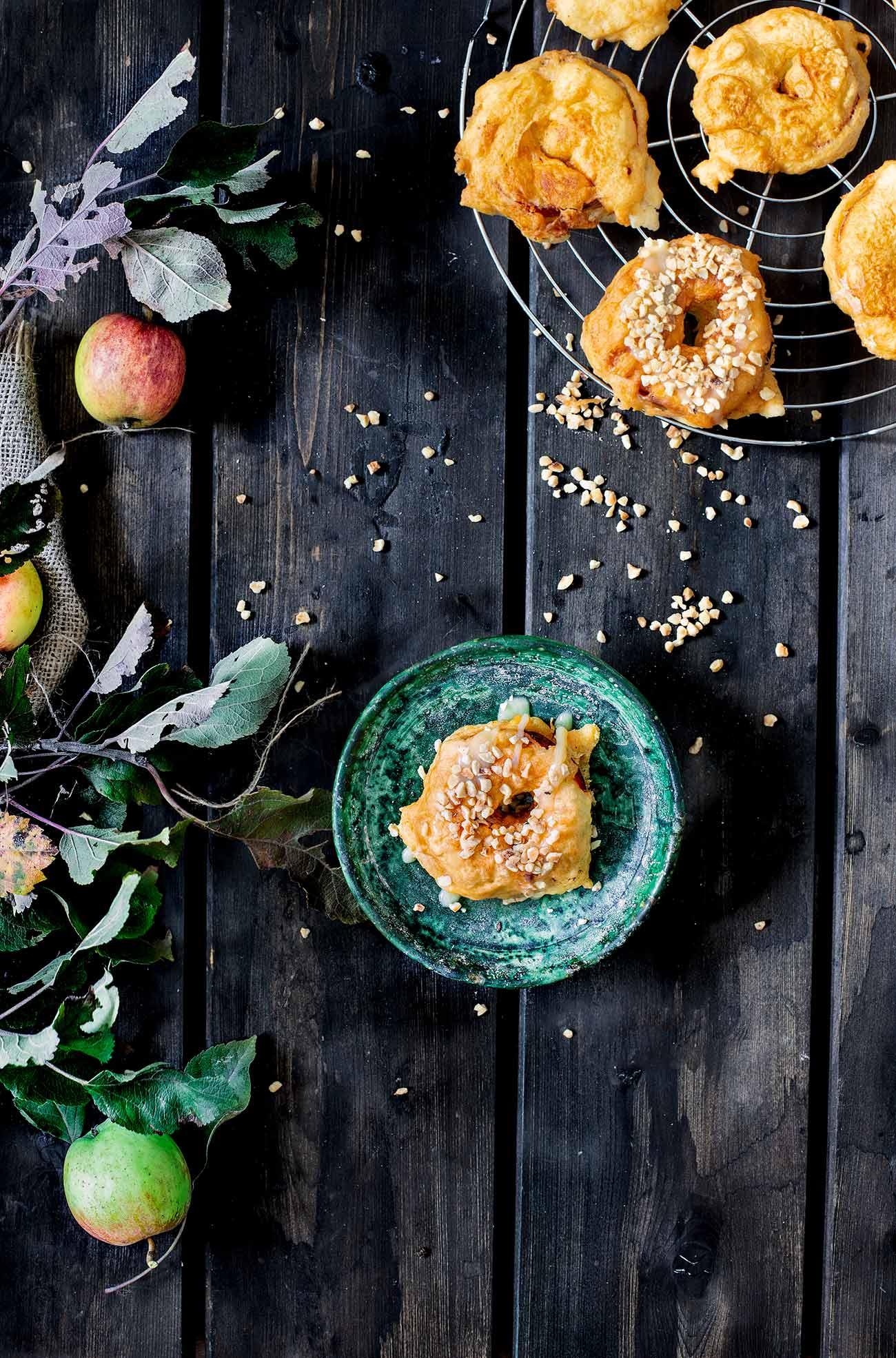 Ich liebe die Apfel-Saison. Auch wenn die Apfelbäume vorm Haus recht stabil aussehen, sind die Zeiten vorbei, dass ich mich auf einen Ast schwinge, meine Beine baumeln lasse und in einen knackigen Apfel beiße. Heute sammele ich sie lieber auf und verarbeite sie zu leckeren Speisen. Greift zu. Es ist genug für Alle da.