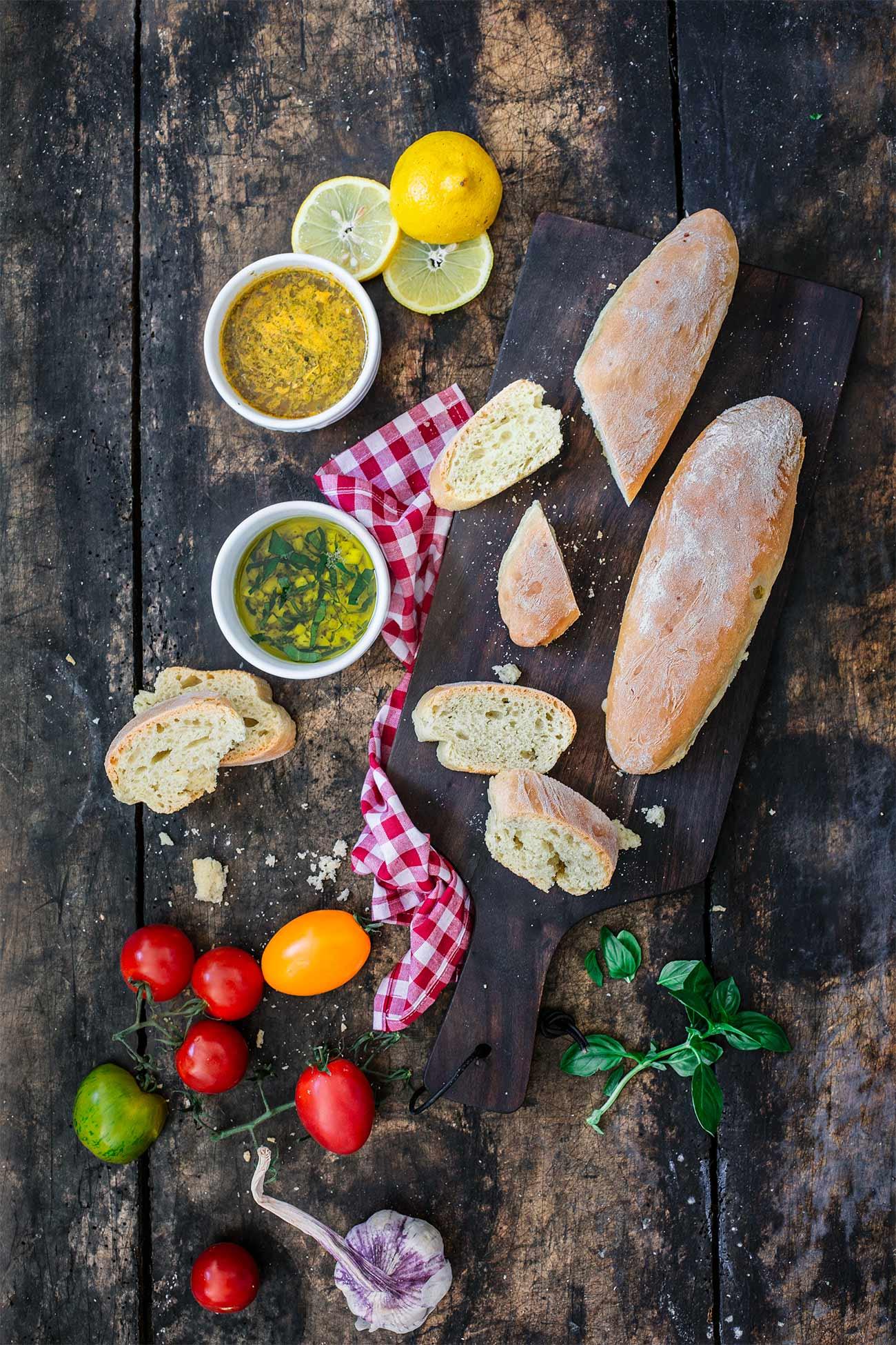 Mein Italien-Moment Ein frisches, krosses Brot getunkt in Olivenöl-Dips und dazu eine große Portion Pasta. Mehr braucht es nicht um für einen Moment Genuss-Glücklich zu sein. Kennt Ihr oder? Auf dem Blog erwarten Euch heute schnell gemachte Olivenöl-Brote, frische Dips und einen italienischen Pasta-Klassiker.