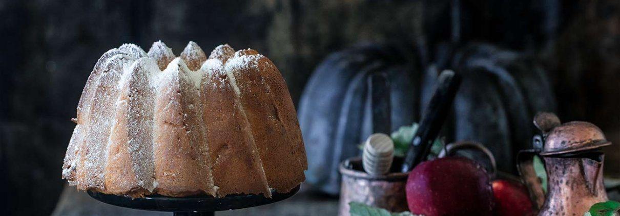 Apfel-Kokos Gugelhupf Ich bin von Kopf bis Fuß auf Äpfel eingestellt...und sonst gar nichts. Na, das stimmt nicht so ganz, denn ein wenig Kokos und Zimt können die Äpfel schon vertragen.