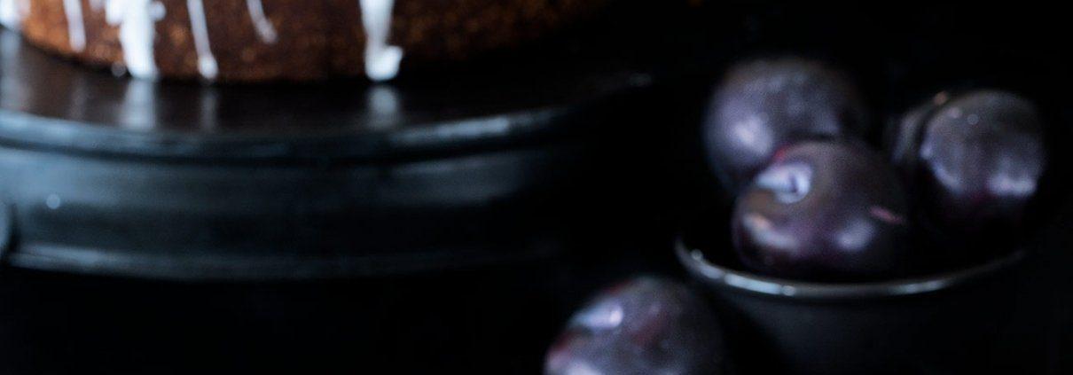 Zitronen-Cashew Pflaumenkuchen Die Außentemperatur hat sich etwas abgekühlt, der Backofen durfte seinen Betrieb wieder aufnehmen. Yippie! Saftige Pflaumen, knackige Cashewkerne und etwas Zitrone haben es in den Kuchen geschafft.