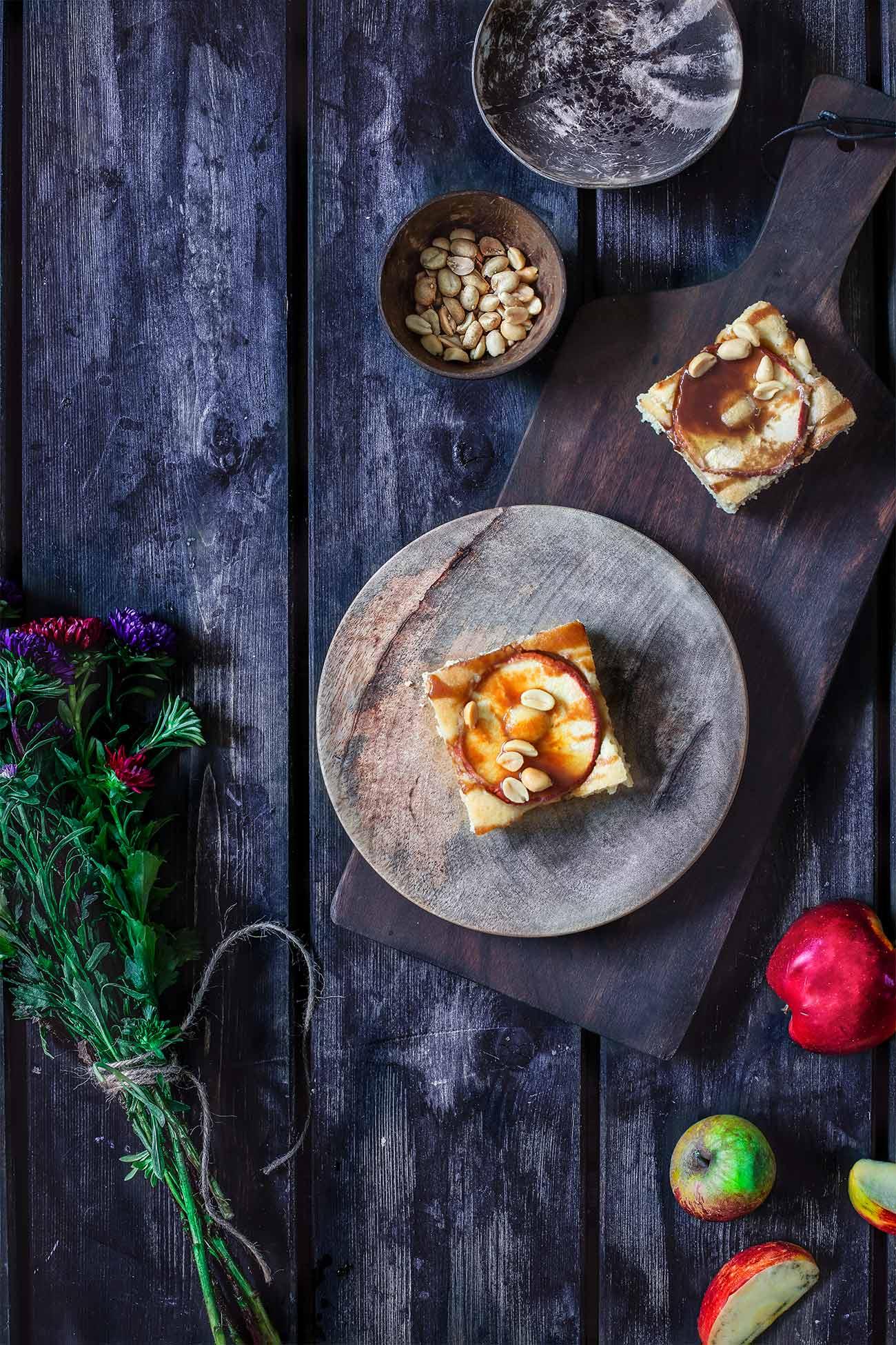Heute gibt es was aufs Blech. Einen ganz simplen Apfel-Blechkuchen, der mit Erdnüssen und Salzkaramell aufgemotzt wird.