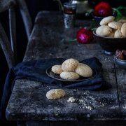 """Ghriba-Mandelkekse mit Sesam Heute gibt es Kekse. Nicht nur irgendwelche Kekse, sondern ein Rezept aus meinem neuen Koch- und Backbuch """"Marrakesch"""". Dazu ein paar Insights zu meinem Buch."""