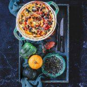 Kürbis-Frischkäse Tarte Noch hat der nussige Hokkaido-Kürbis Hochsaison bevor der Frost die Kürbiszeit beenden wird. Und da ich den orangeroten Hokkaidokürbis am liebsten mag, darf er als Hauptakteur in die bunte Herbsttarte.