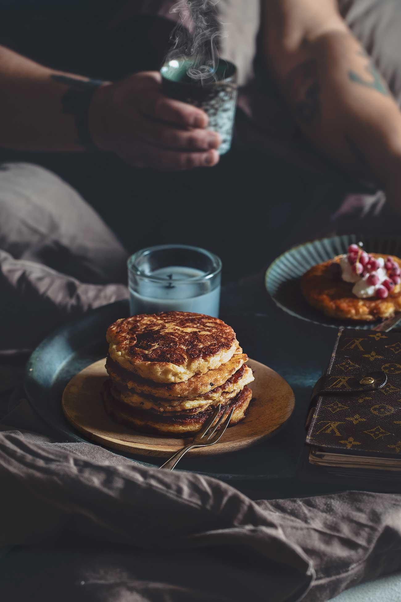 Zwieback quark pancakes Zwieback- Quark-Pfannkuchen Guten Morgen! Also, ich bleib noch etwas im Bett. Mit einem Berg voll knuspriger Pfannkuchen.