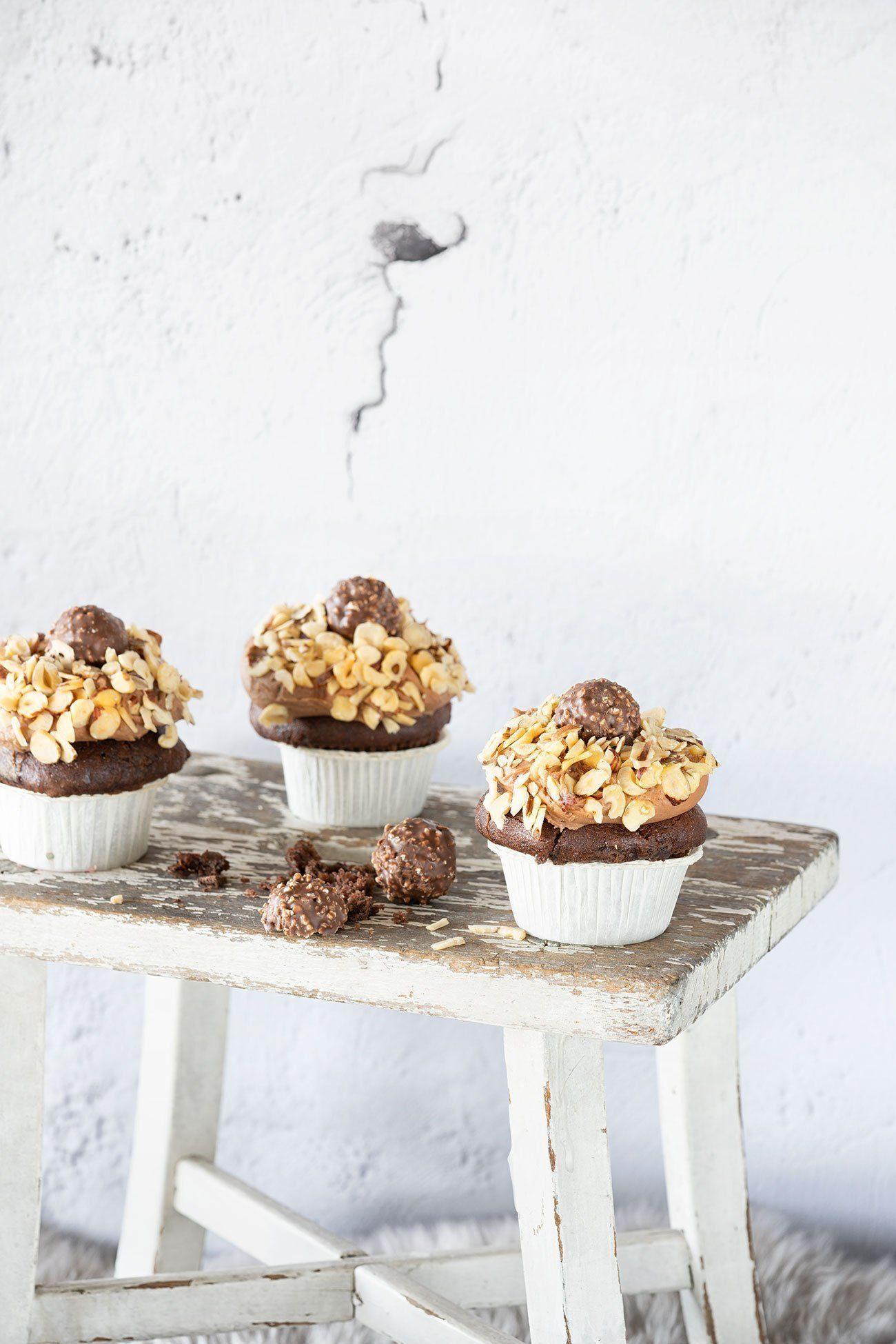 Neue Woche – neues Glück! Und das Glück kommt heute in Form von Schokoladen-Cupcakes daher. Mit Nutella Buttercreme und einer Kugel Haselnussglück.