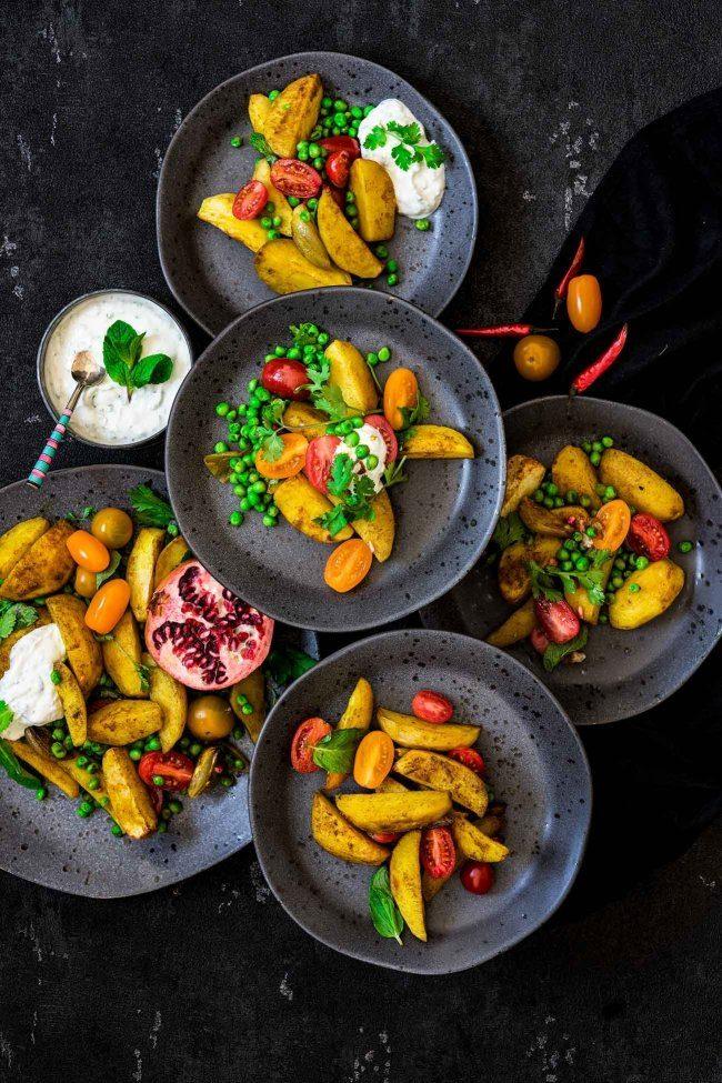 """Nach den """"One-Pot Gerichten"""", warten nun die """"One-baking tray"""" Gerichte auf uns. Alles auf ein Backblech, ab in den Ofen und direkt auf dem Tisch. Ich höre mich schon singen """"All you need is ...Blechgerichte"""", denn einfacher geht es nicht. Bei mir kommt die Gewürzwelt Indiens aufs Blech."""