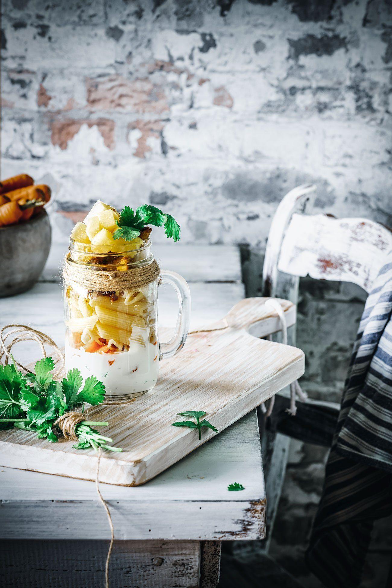 Wer morgen ins Büro muss, sollte sich ein wenig Sonnenschein mitnehmen. Auch wenn er nur in Form eines fruchtigen Nudelsalates ist. Garantiert ist aber, dass die Mittagspause lecker wird.