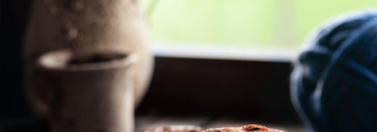 Eigentlich sollte das Tiramisu ganz klassisch in eine Auflaufform serviert werden. Sollte. Ich war aber so fasziniert von dem Maronenpüree, dass ich während der Abkühlzeit immer wieder einen Löffel genascht habe. Da bekam ich die Auflaufform nicht mehr voll und konnte gerade noch 2 große Dessertgläser befüllen.