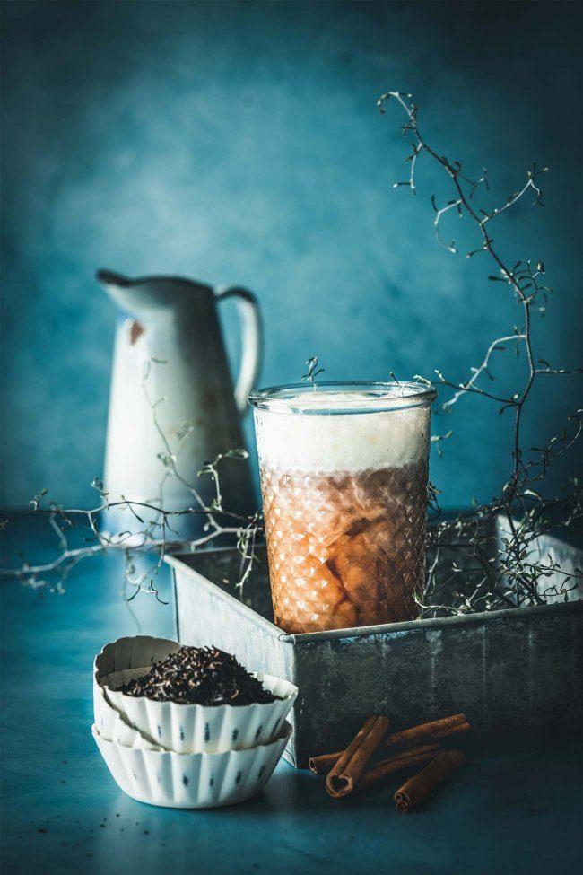Kalt genug ist es ja, um sich die frierenden Fingerchen an einem großen Glas heißen Tee zu wärmen. Und zur Weihnachtszeit wird der Tee mal schnell zur Lebkuchen-Chai Latte.