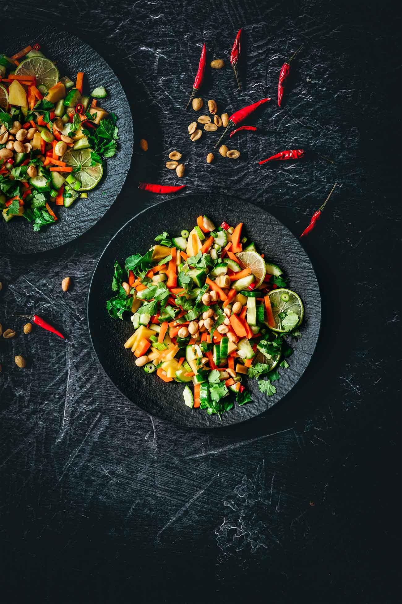 Ich starte mal mit einem knackigen Salat in die Woche. Fruchtig-scharf ist genau die Geschmacksrichtung, die ich bei Salaten am liebsten mag.