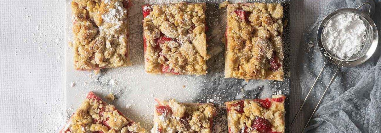 """So, da ist er endlich. Viele haben letzte Woche schon die """"to do"""" Story bei Instagram gesehen und nach dem Rezept für diesen köstlichen Streuselkuchen gefragt. Ich weiß, es gibt Hunderte von Erdbeer-Streuselkuchen... aber der hier ist besonders lecker."""