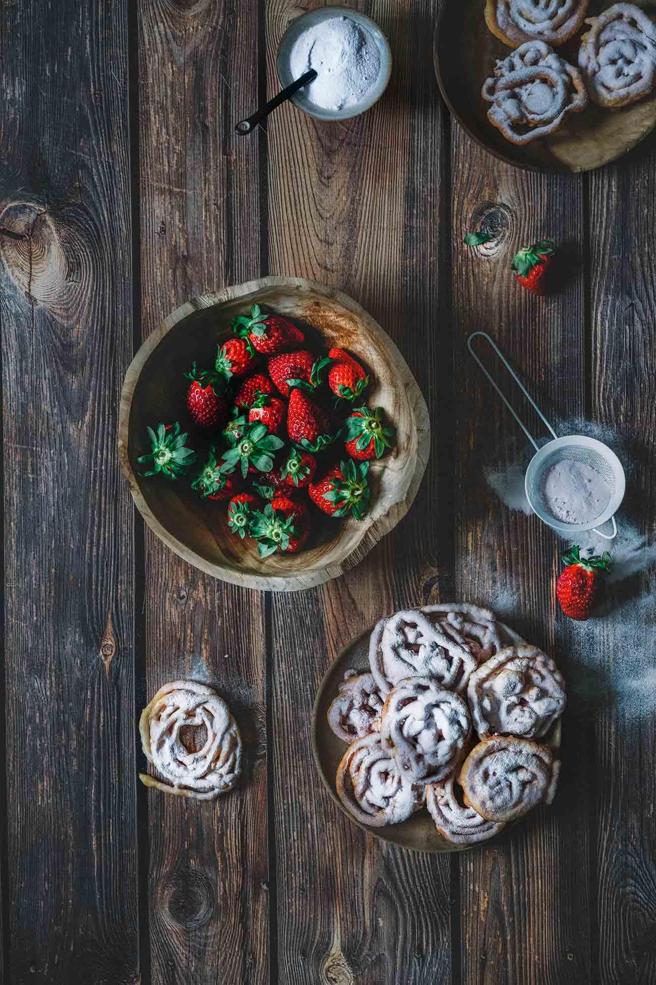 Ich erinnere mich noch genau, als ich Nadiya Hussain auf Netflix zuschaute und die Worte Erdbeer-Milkshhake, frittiert und lecker hörte. Wie ferngesteuert schrieb ich die Zutaten auf, fuhr in den Lebensmittelmarkt und stand wenige Zeit später vor dem Herd.  Diese kleinen frittierten Gebäckteile sind der Knaller und schmecken wie ein Erdbeer-Milchshake.