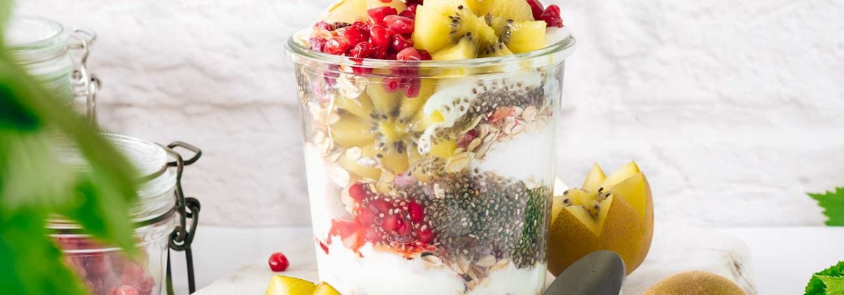 Dieses einfache Rezept ist eines der schnellsten, gesündesten und farbenfrohsten Frühstücksrezepte im Glas. Wenige Zutaten und schnell gemacht. Für das Frühstück im Büro kann es auch am Abend vorher zubereitet werden.