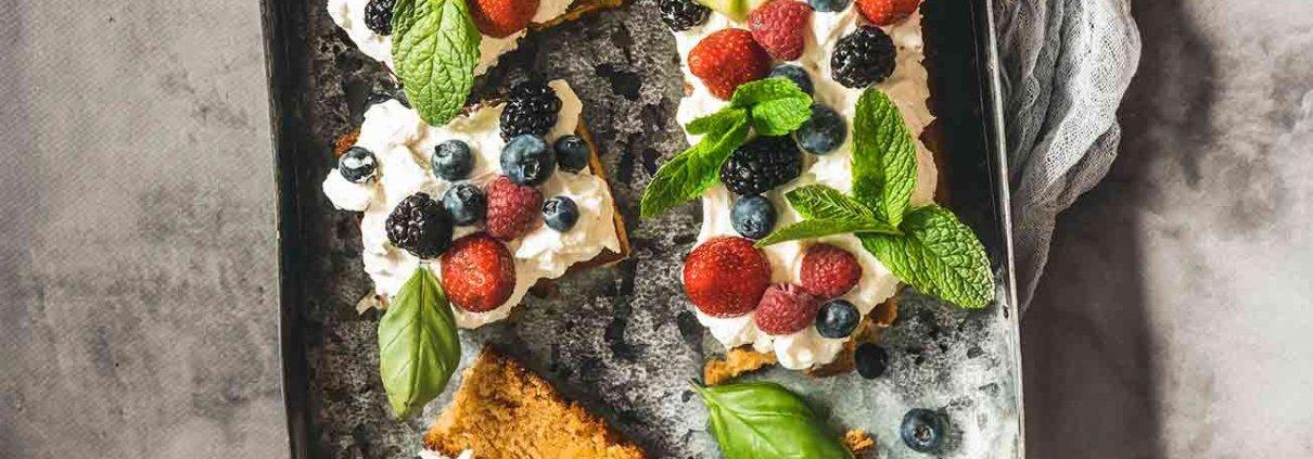 Ich bin gerade irgendwie im Backfieber und wundere mich schon selbst über den Dauerbetrieb des Backofens. Aber mir schmeckt es derzeit einfach und freue mich über ein Stück Kuchen am Mittag. Und die ganzen Beeren, Früchte und Kräuter laden doch auch wirklich ein...