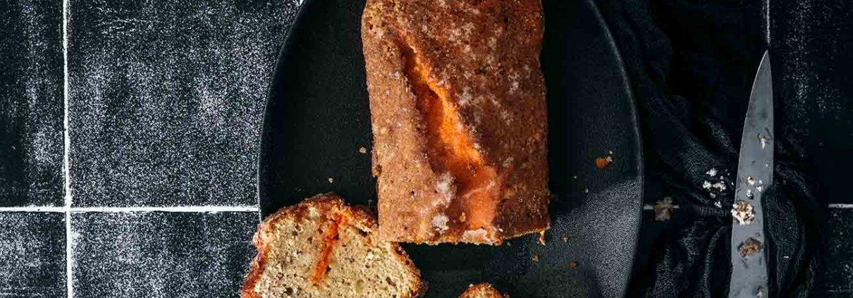 Mit diesem Kuchen ziehe ich ins Wochenende, denn das ist ein Kuchen ganz nach meinem Geschmack: eine Zuckerkruste, fruchtige Orange und saftig. Durch den Aperol bekommt der Kuchen ein bittersüßes Aroma. Der würde euch auch schmecken.