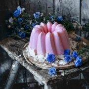Während ich mich gedanklich schon von den Erdbeeren verabschiede und den Pflaumen ins Auge schaue, habe ich mir für die heißen Tage noch ein bisschen Erdbeer-Erfrischung aufgespart. Ruck Zuck gemacht und echt eine Eis-Schönheit, oder?