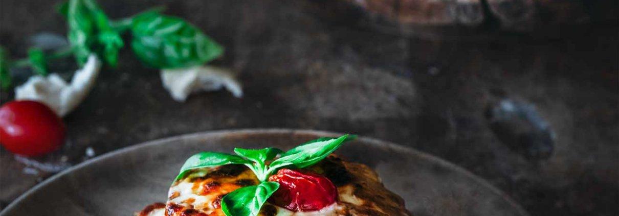 Puh, das war richtig lecker! Toast Hawaii reloaded sozusagen. Ich werde immer wieder darin bestätigt, dass die einfachsten Dinge meist die Leckersten sind. Und darin, dass man die klassischen Rezepte nur wenig verändern muss, um etwas ganz Neues zu kreieren. Die Ciabatta Hawaii Brötchen können im Backofen aber auch im Grill zubereitet werden. Hey, das wäre doch was fürs Wochenende oder?