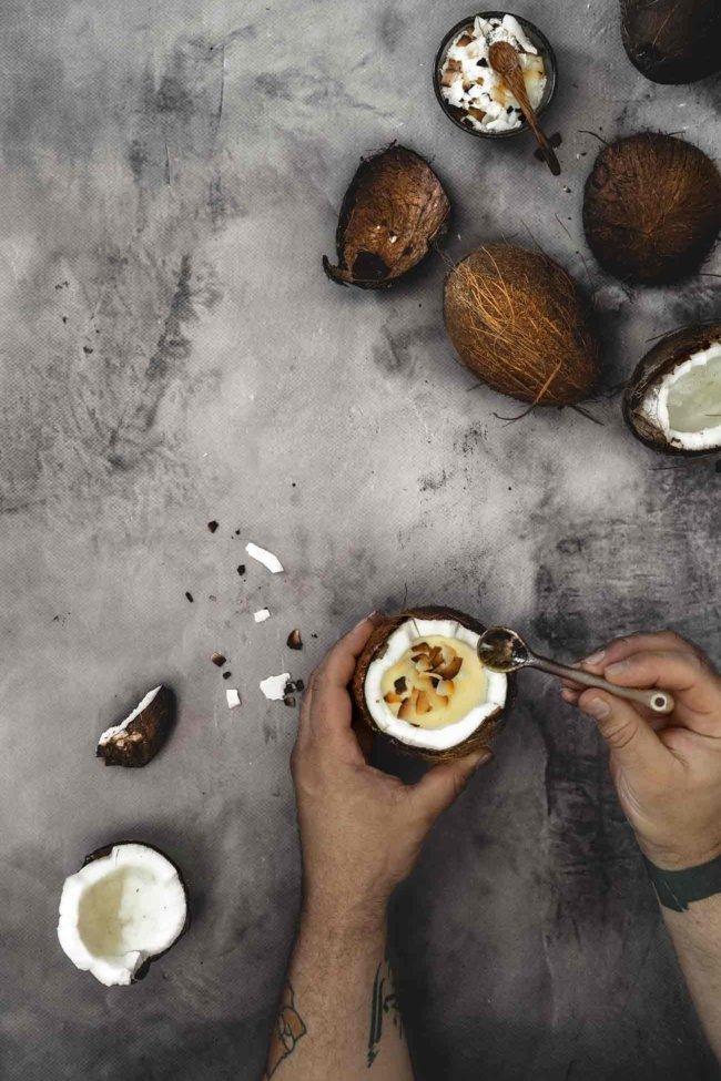Auch wenn ich mich so langsam auf Apfel, Kürbis & Co. einstelle, brauche ich heute noch einmal ein wenig tropisches Feeling auf dem Tisch. Und da Pudding so schnell und einfach zuzubereiten ist, gibt es eine extra Portion Kokos-Vanillepudding. Probiert ihn unbedingt mal aus.