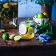 Wer braucht noch eine Erfrischung? Versuche es doch einmal mit einer selbst gemachten Kräuterlimonade. Ich mag gerade die Kombination aus verschiedenen Kräutern, denn diese sind nicht nur gesunde Durstlöscher, sondern für mich das beste Superfood aus dem eigenen Garten. Und Limonade selber machen, gibt dir nicht nur die volle Kontrolle über die Zuckermenge, es macht auch eine Menge Spaß
