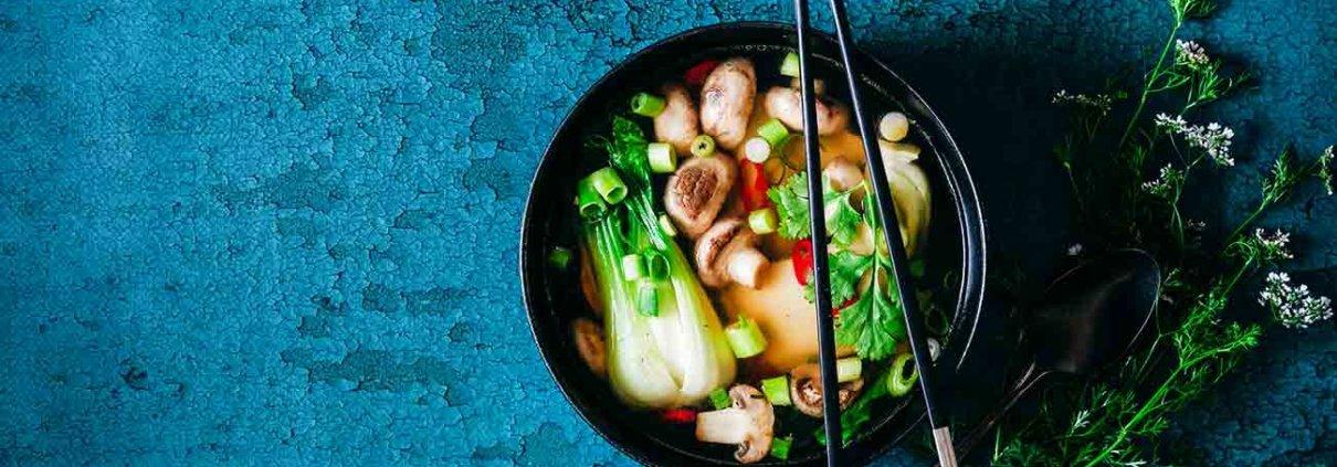 Ich mag Maultaschen und ich liebe asiatisches Essen. Und beides passt einfach perfekt zusammen. Und da es gerade draußen noch etwas stürmisch ist, passt so ein Süppchen doch perfekt oder? Nutzt die kurze Auszeit vom Sommer und macht es euch auf dem Sofa richtig gemütlich.