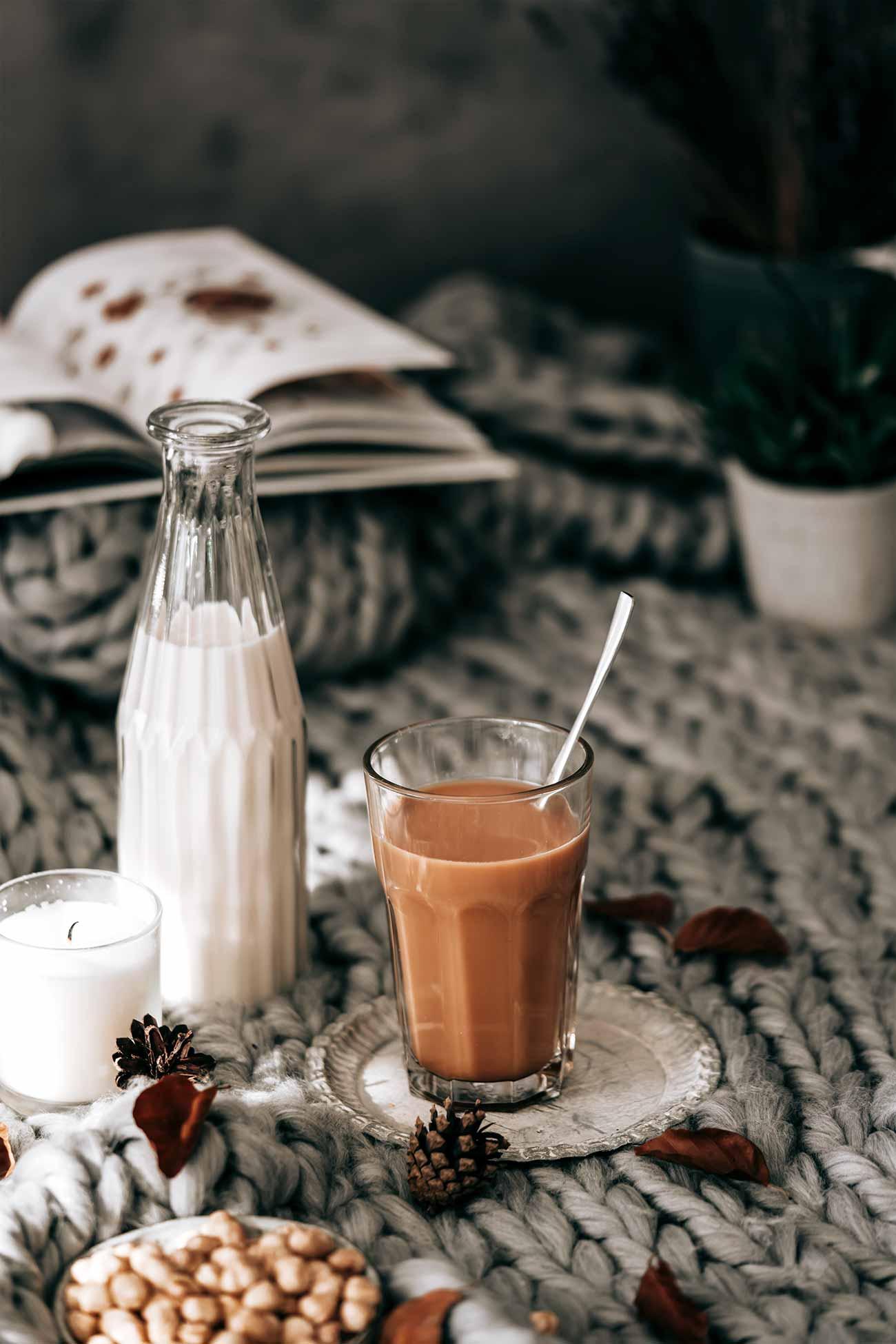 Also, ehrlich gesagt bin ich ja eh ein großer Sesam-Fan. Sesam verbinde ich immer sofort mit dem Geschmack des Orients. Und meine Liebe zum Orient kennt ihr ja alle schon. Meine Gäste, die mit auf dem Sofa unter der Decke kuscheln dürfen, kreiere ich den leckeren Tahini-Kaffee mit heißer Milch. Ich mag ihn am liebsten ohne Milch, aber das liegt auch daran, dass ich den Sesam-Geschmack in Kombination mit dem Kaffee für eine unglaublich tolle Kombination halte, die ihr unbedingt probieren müsst.  Und Soulfood ist es auch: Kaffee enthält viele Antioxidantien und Niacin und die Sesampaste ist reich an Calcium, Eisen und Magnesium.