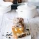 Pumpkin banana bread with cream cheese Kürbis-Bananenbrot mit Frischkäsefüllung Das beste und (einfachste) Kürbis-Bananenbrot aus reifen Bananen, Kürbispüree und Ahornsirup. Perfekt zum Frühstück, Nachmittagssnack oder als Nachtisch wird es schnell zu deinem Lieblingsbananenbrot. 3 reife Bananen 250 g Kürbispüree 200 g Ahornsirup 150 g Kokosöl, geschmolzen 3 Eier 360 g Mehl 2 TL Backpulver ½ TL Natron 1 TL Zimt, gemahlen 1 Prise Muskatnuss 1 Prise Gewürznelken, gemahlen 1 Prise Ingwer, gemahlen 1 Prise Piment, gemahlen ½ TL Salz 250 g Frischkäse 50 g Zucker-Zimtmischung 4 TL Butter, geschmolzen Kürbiskerne Backofen auf 180 Grad Umluft vorheizen Eine Kastenform einfetten Bananen zerdrücken und zusammen mit dem Kürbis, Kokosöl, Ahornsirup und Eier verrühren Mehl, Backpulver, Natron, Gewürze und Salz hinzufügen und unterrühren Teig in die Form geben Frischkäse in einen Spritzbeutel mit Lochtülle geben und den Frischkäse mehrmals in den Teig spritzen 2/3 vom Zimtzucker und Kürbiskerne darüber streuen Im Ofen 40-45 Minuten backen Aus dem Ofen nehmen und mit der flüssigen Butter einpinseln und mit dem restlichen Zimtzucker bestreuen