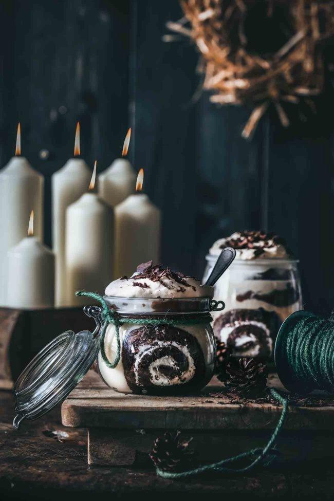 Es gibt also viele leckere Schichten in diesem Dessert. Eine superfeuchte Schokoladenkuchenschicht, eingeweicht in Kaffee und Amaretto. Ja, durchnässt. Unglaublich lecker. Dann eine Schicht Baileys -Pudding gefolgt von Amarettini und Schokoladenpudding. Abgerundet mit frischer Baileys-Schlagsahne und getoppt mit Schokolade. Dies ist das perfekte Soulfood-Dessert. Ab ins Glas damit und einfach alles in einer großen Schüssel schichten.