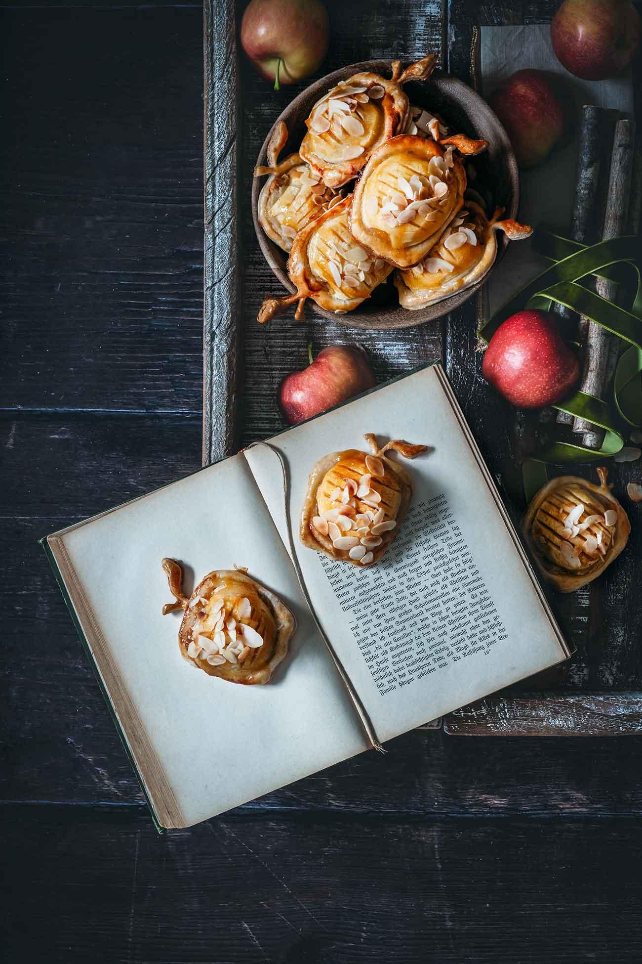 Ich bin ganz verliebt in die kleinen Äpfelchen im Äpfelchen-Blätterteig. Die sind nämlich nicht nur unglaublich schnell gemacht, sondern schmecken auch richtig gut und ich finde die sehen einfach krass toll aus.   Ich habe TK-Blätterteigplatten genommen, funktioniert natürlich aber auch mit frischen Blätterteig.