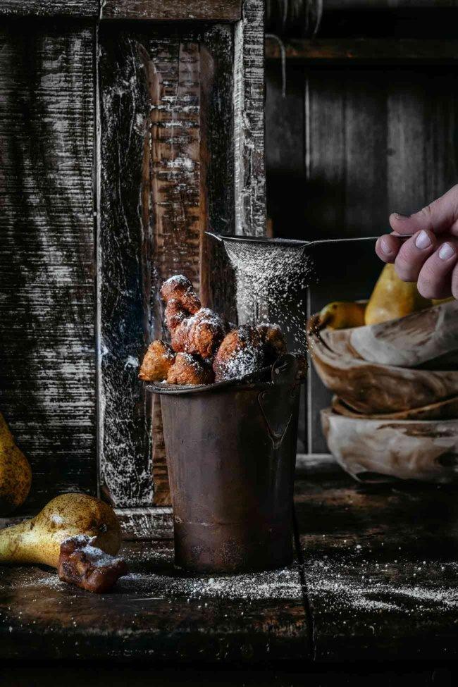 """Bisher habe ich immer nur Äpfel und Bananen frittiert. Jetzt waren die Birnen dran und ich muss sagen, dass ich frittierte Birnen noch einen """"Tick"""" leckerer finde. Sie sind ernsthaft so gut, dass ich möchte, dass jeder sie schmecken kann. Bestreut mit einer großen Menge Zimtzucker. Hach, der Herbst hat einfach so viele leckere Speisen auf Lager."""