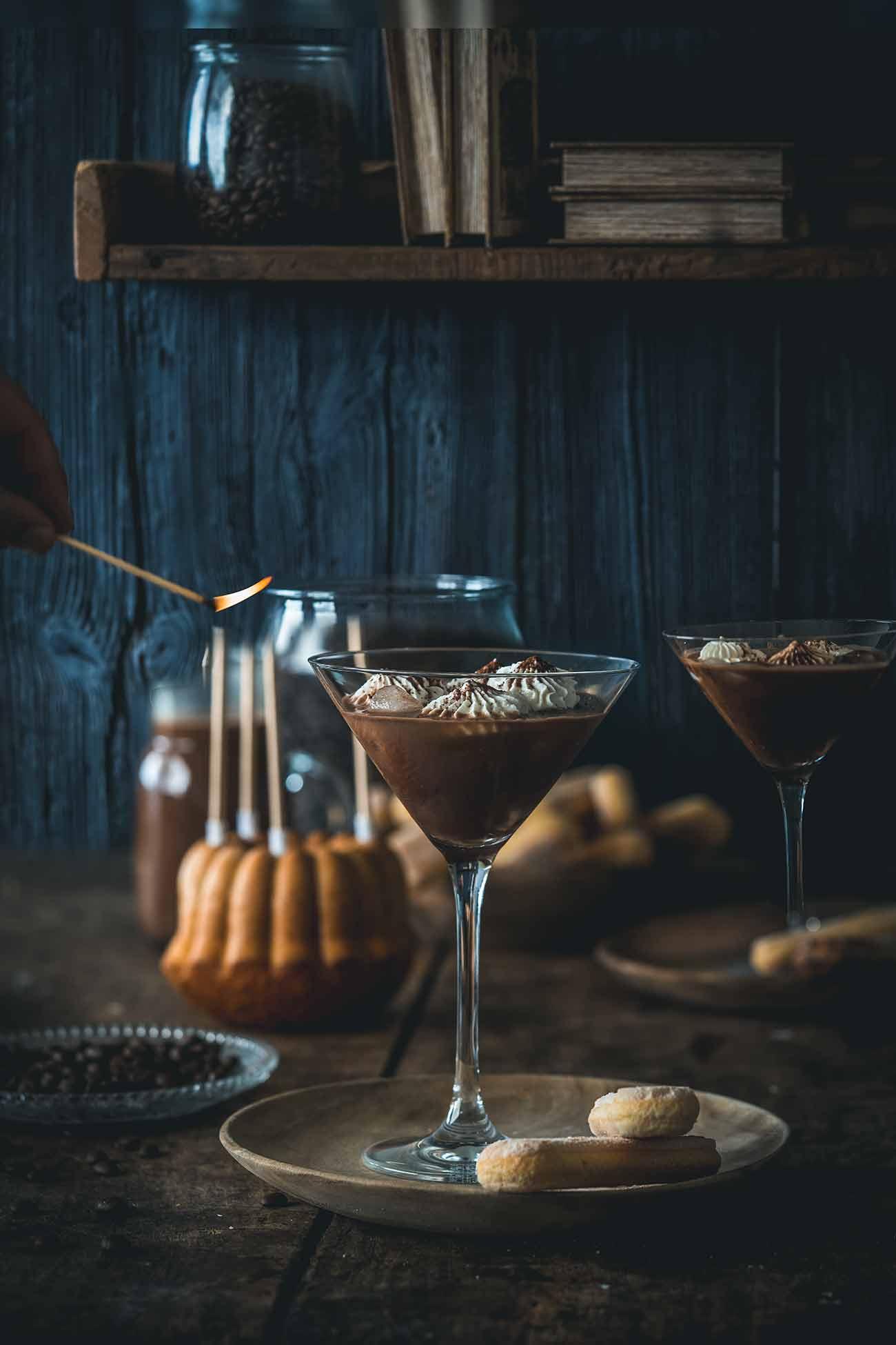 """Wusstest ihr, dass heute der internationale Tag des Kaffees ist? Nein? Egal! Lasst uns einfach anstoßen: auf den Tag des Kaffees, auf das Leben, die Gesundheit, den Frieden und die Liebe. Mit einem Tiramisu-Cocktail. Klar, das ich den Cocktail mit den leckeren Bohnen der Jacobs Barista Editions Crema Intense meines Partners Jacobs kreiert habe, schließlich feiere ich den Kaffee (nicht nur) heute.   Ich hab uns einen Tiramisu-Cocktail kreiert, denn ich wollte einen Cocktail, der nicht nur am Abend schmeckt, sondern auch zu einem Stück Kuchen perfekt passt. Nicht zu stark, etwas süß und so lecker wie das wohl beliebteste Dessert der Welt – das Tiramisu.  Das Wort Tiramisu übrigens (Klugscheißermodus an) kommt aus dem italienischen """"Tirami su"""" , was so viel bedeutet """"zieh mich hoch – mach mich munter"""" . (Klugscheißermodus aus). Und ich bin mir sicher, dass euch dieser Cocktail ganz schön munter machen wird."""