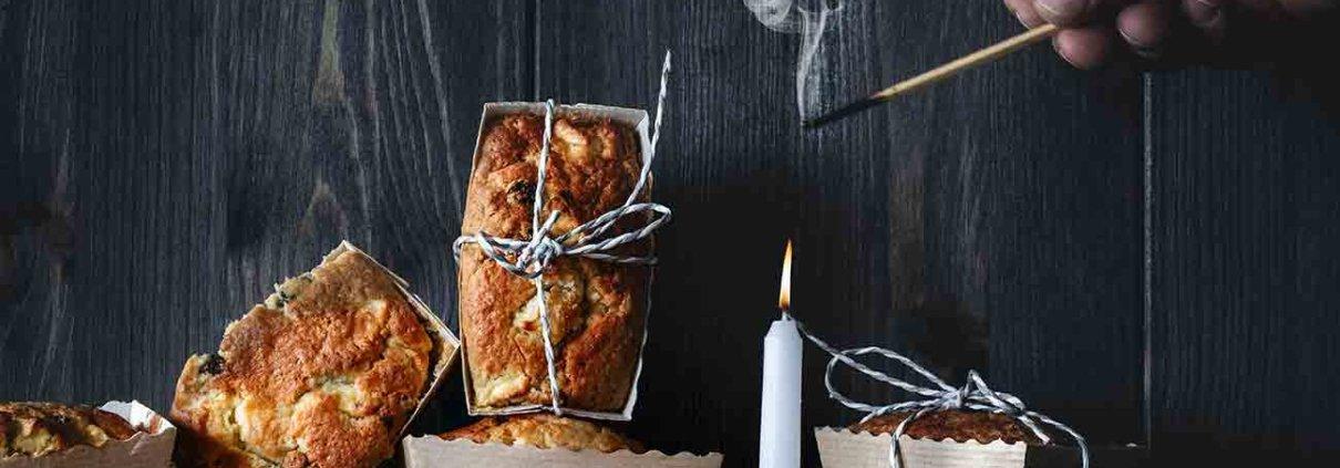 Ich komme so langsam im Herbst-Wintermodus an. Die dicken Wolldecken sind schon auf dem Sofa verteilt, das Kaminholz stapelt sich, die Duftkerzen stehen parat und die ersten Geschmacksnerven schreien nach Mandeln, Marzipan, Rosinen und Zimt. Da kann man schon einmal auf die Idee kommen kleine Kuchen á la Bratapfel zu backen.