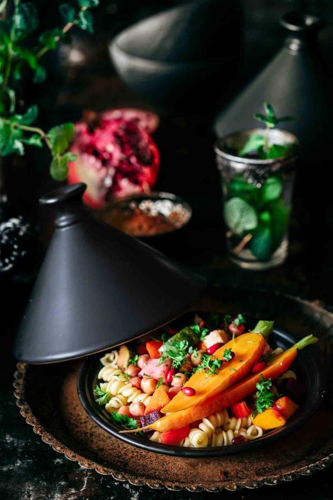 Was passiert eigentlich, wenn jemand wie ich jetzt eigentlich in Marrakech sitzen und in seinem Lieblingsrestaurant eine große Gemüse-Tajine essen wollte? Ganz klar, ich hole mir einfach die Tajine nach Hause und fülle sie mit regionalem Wintergemüse, Gewürzen aus 1001 Nacht und (meinem Lieblingsgrundnahrungsmittel) Nudeln. Für die Tajine habe ich mich für Birkel's No. 1 Shipli entschieden, weil sie kernig im Biss bleiben und all die leckeren Gewürze der Soße aufnehmen. Auf mit mir zur deutsch-marokkanischen Fusion-Küche.