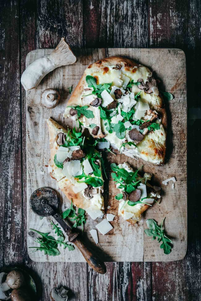 Habt ihr schon einmal Pizza mit Sauerteig gegessen? Nein? Dann wird es Zeit, denn durch den Sauerteig wird die Pizza extra knusprig und locker leicht. Ich bin jetzt schon großer Fan des Frischen Pizzateiges mit Sauerteig in Kugelform von Tante Fanny. Den Teig kann ich nämlich so formen, wie ich will und das passt hervorragend zu meinem Motto, bestimmte Produkte einfach fertig zu kaufen, anstatt selber zu machen, wenn es jemand eben besser kann. Und wollt ihr noch wissen, was mein allerliebster Pizza-Belag ist? Nur mal so am Rande: Ich mag meine Pizza lieber oval als rund. Und ich mag einen fluffigen Teig, der beim Backen auch aufgeht, so wie der Frische Pizzateig mit Sauerteig von Tante Fanny