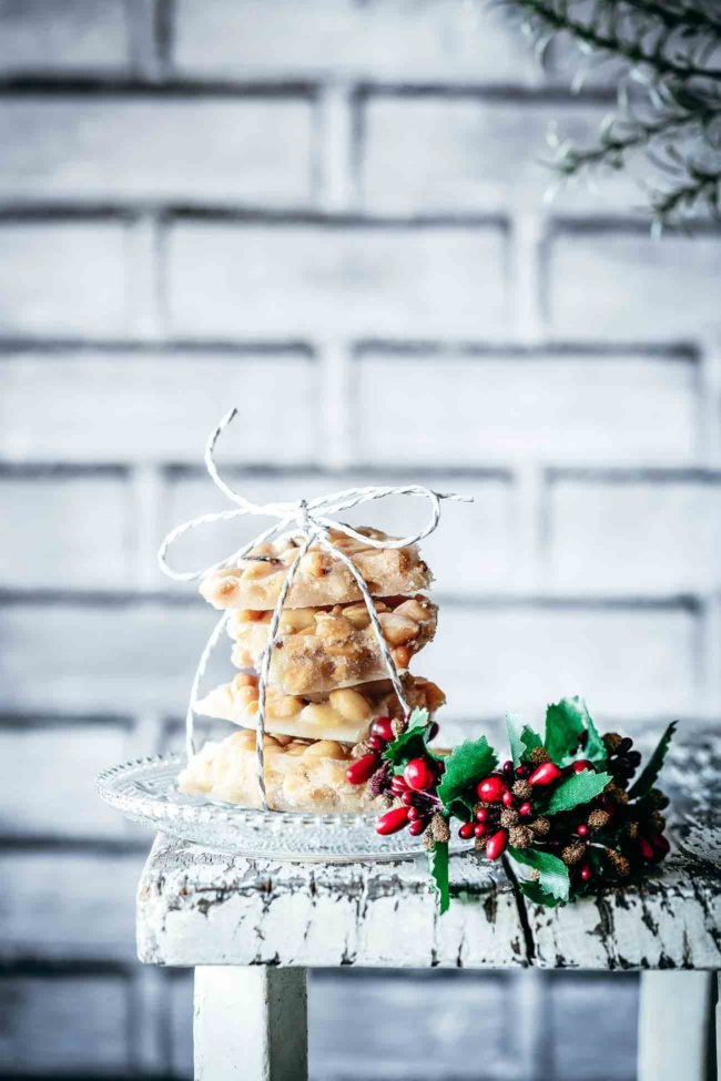 Crunchy, süß und salzig. Ich finde damit kann man ja mal anfangen die Keksdose zu füllen. Geröstete Erdnüsse mit leckeren Gewürzen…ich erkläre das Erdnuss-Krokant zu meinem offiziellen Herbstkeks. Süßer Ahornsirup, buttrig und nussig…Erdnuss-Lieblingskeks.