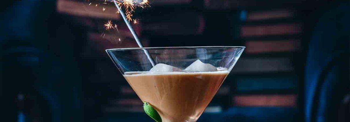 Zum Abschluss des Jahres gibt es für mich noch einmal die Krönung. Die Jacobs Krönung Crema. Mit Bourbon, Amaretto und Mandelmilch wird daraus ein Silvester Cocktail, der geschmacklich auf das Jahr 2021 vorbereitet: Interessant, leicht süß und aufregend. Mandel-Kaffee Cocktail