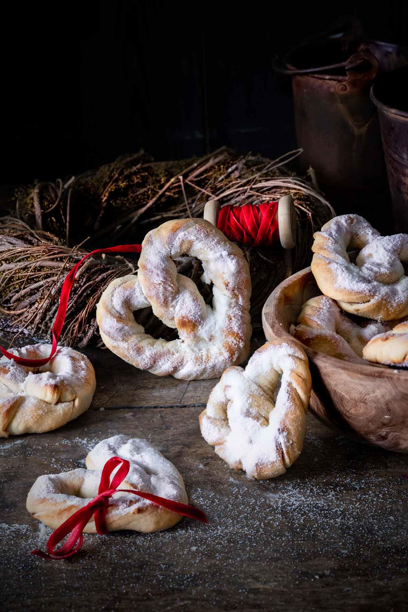 """Vorbei mit all den Weihnachtsleckereien wie Spekulatius, Lebkuchen und Christstollen. Es geht mit großen Schritten auf das neue Jahr zu und ich habe in Gedanken schon die Weihnachtsdekoration entfernt und so viele tolle Rezepte für das nächste Jahr im Kopf, dass ich es schon kaum noch aushalten kann. Aber jetzt zu den kleinen Herz-Bretzeln, die sich auch als kleines """"Neujahrs""""-Geschenk eignen. Ich habe nicht gewusst, wie lecker ganz einfache Vanille-Brezeln sein können, bis ich diese gemacht habe. Vanille und Hefe sind ein unschlagbares Team. Ich hab sie lauwarm gegessen (war klar, oder?) – ein Knaller."""