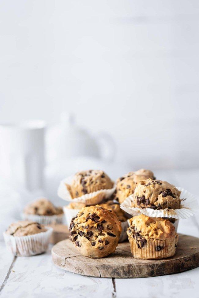 Zum Frühstück eigenen sich die schnell gemachten Muffins mit Honig so richtig gut. Ach was rede ich denn da? Ich habe die meisten gestern Nachmittag schon gegessen. Direkt, nachdem ich sie fotografiert habe. Lauwarm. Die waren richtig lecker. Mit wenigen Zutaten, ohne Schnickschnack.