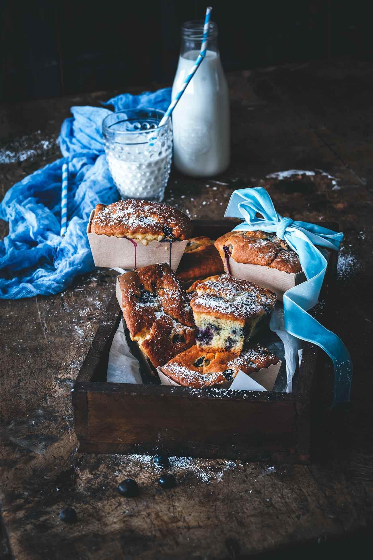 Kleine Kuchen haben den Vorteil, dass man einen ganzen Kuchen sein eigen nennen darf. Diese kleinen Blaubeer-Kuchen sind so fruchtig und saftig, dass sie auch am nächsten Tag noch richtig lecker sind (also für den Fall, dass noch ein Kuchen übrig bleibt).
