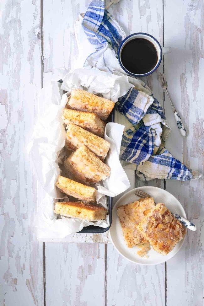 """Nur durch einen Zufall bin ich auf dieses Rezept gestoßen und ich bin total """"happy"""" darüber, denn der Butter-Blechkuchen schmeckt genauso wie von der Oma. Sahne mit im Teig und eine Menge warmer Butter, die in den Teig einziehen kann. Genau so muss das sein. Ich bin im Kuchenhimmel."""