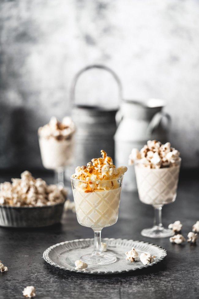"""Die Feiertage sind vorbei und spätestens heute Mittag haben wir alle schon wieder das Gefühl, dass wir schon wieder """"mitten drin"""" sind. Keine Spur mehr von """"rumgammeln"""", Traumschiff schauen und Kekse essen. Daher hab ich mir noch einmal ein leckeres Dessert gegönnt, was mit nur ein paar Zutaten auskommt. Ich mag es, wenn das noch lauwarme Popcorn unter der Karamellsoße langsam weich wird und den Popcorn-Geschmack an die Eierlikör Mousse abgibt…sabber."""
