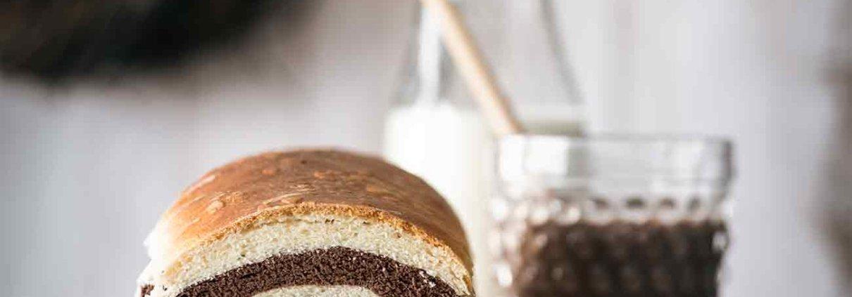 Da am Samstagabend das TV-Programm so schlecht war und ich mich nicht zwischen schlecht, sehr schlecht und DSDS entscheiden konnte, habe ich kurzerhand beschlossen für das Frühstück am Sonntag ein Toastbrot zu backen. Gelungen! So sieht ein Toastbrot doch schon viel fröhlicher aus, oder? Ich liebe es lauwarm und frisch getoastet mit etwas Butter, die dann in das Brot einzieht…aber auch mit Nuss-Nougat Creme ein Knaller.