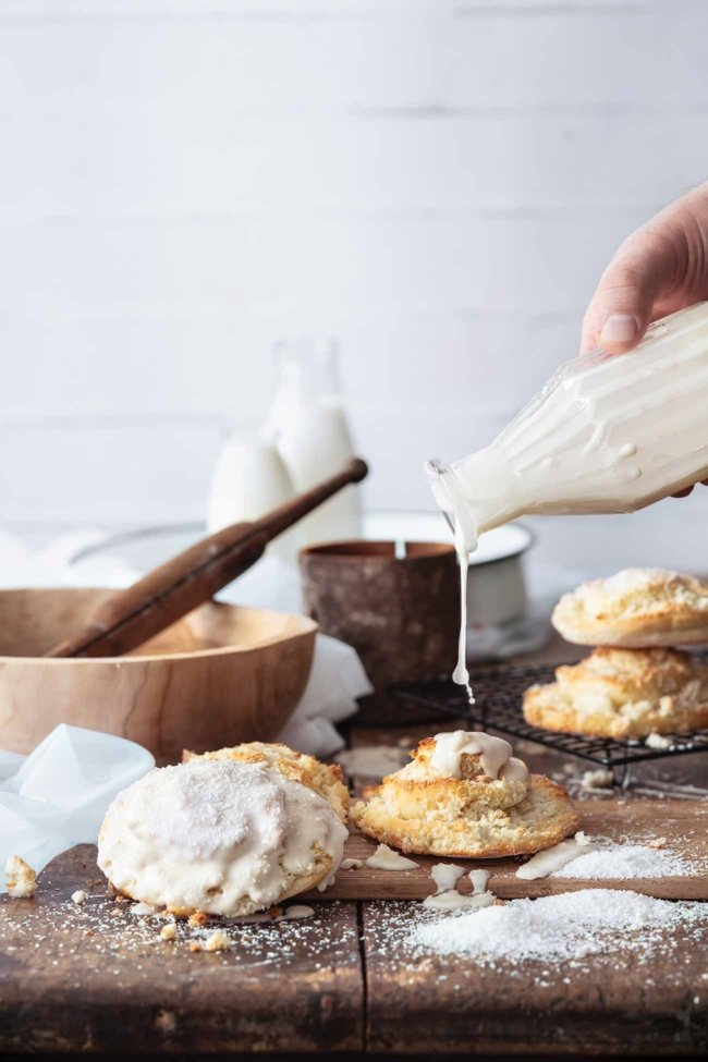 Easy Fluffy Coconut Rolls… mit süßem Zuckerguss aus Rum… genau mein Frühstück und Nachmittags-Snack. Butteriger, weicher Teig mit einer Füllung aus Kokosraspeln und Kokosmilch. Es gibt wirklich nichts an den Schneckchen, was man nicht lieben könnte, denn jeder Bissen schmilzt köstlich im Mund.