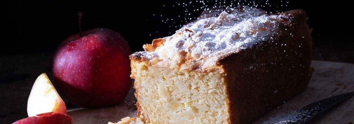 Als ich heute Morgen aufwachte, dachte ich sofort an den Apfelkuchen, den ich gestern gebacken habe. Und während ich hier ein paar Zeilen schreibe, muss ich unbedingt ein Stück essen. Innen so saftig und sahnig und außen eine leichte Zuckerkuste, die so schön knackt, wenn man reinbeißt. Mehr Worte braucht es nicht. Habt einen tollen Dienstag.
