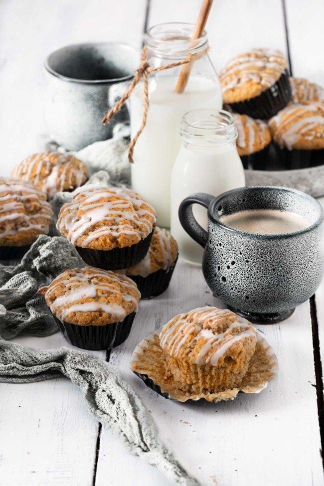 """Apfel-Muffins haben wir sicherlich alle schon einmal gebacken und/oder gegessen. Aber diese hier sind ganz besonders leckere Muffins, die du unbedingt ausprobieren musst. Ich habe etwas Vollkornmehl unter dem """"normalen"""" Mehl gemischt, so dass die Textur der Muffins echt perfekt ist. Die lassen sich übrigens auch perfekt einfrieren, so dass du dir 12 Tage lang jeden Morgen einen Apfel-Muffin zum Frühstück gönnen kannst. Die lassen sich aber auch alle sofort aufessen. Weiß ich aus Erfahrung."""