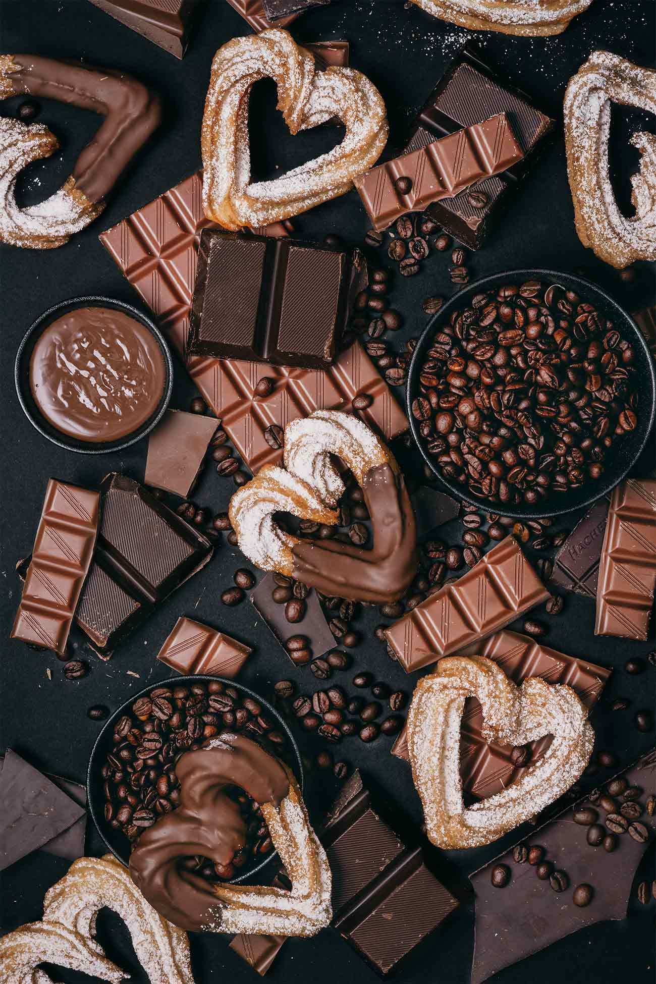Herz - Churros mit Kaffee-Schokoladensoße Heart - churros with coffee and chocolate sauce  Ganz viel Liebe für Euch. Liebe ist doch was Wunderbares, oder? Ich meine nicht nur die Liebe zwischen zwei Verliebten, sondern auch die Liebe unter Freunden. Wie sieht es aus mit deinen Freunden? Kommen die nur zu deiner Party, oder haben die auch Zeit, wenn der Umzugswagen beladen werden muss? Beides? Dann Glückwunsch. Die (und nur die) haben sich eine große Portion Herz-Churros mit Kaffee-Schokoladensoße verdient.  Mein Geheimtipp um die Schokoladensoße noch intensiver zu machen: Ein wenig frisch gebrühten Kaffee einrühren. Ich habe die kräftigen Bohnen der Jacobs Expertenröstung Crema Italiano genommen. Die lieb ich auch.