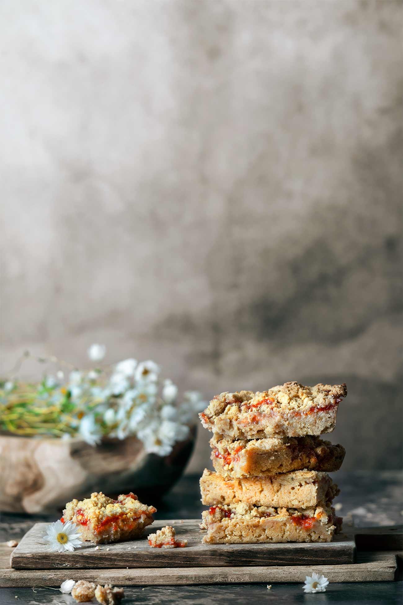 Erdnussbutter und Marmelade auf warmen Toast ist ja schon lange kein (kulinarisches) Geheimnis mehr. Noch besser schmeckt diese Kombination allerdings in Kuchen. Zusammen mit Erdnussbutter-Streusel und im Cheesecake-Style. Auch wenn ich mich wiederhole: Müsst ihr unbedingt nachbacken.