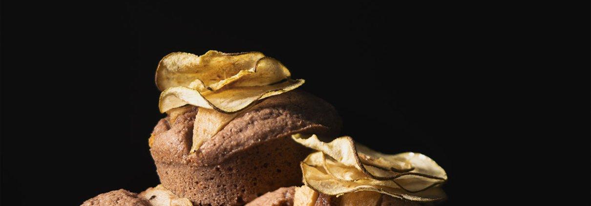 Diese kleinen Mandelkuchen bestehen hauptsächlich aus Eiweiß, Mandeln, Butter und Puderzucker und sind so luftig leicht, dass man fast gar nicht bemerkt, wenn man sie isst. Ich hab sie in einer Muffinform gebacken, da diese der Friand-Form sehr ähnlich ist und ich nicht extra eine ovale Form kaufen wollte. (Es kann auch sein, dass ich eine habe und diese unter dem großen Berg meiner Backformen nicht finde). Als Topping haben die Kleinen knusprige Birnen-Chips bekommen, weil es einfach hübsch aussieht.