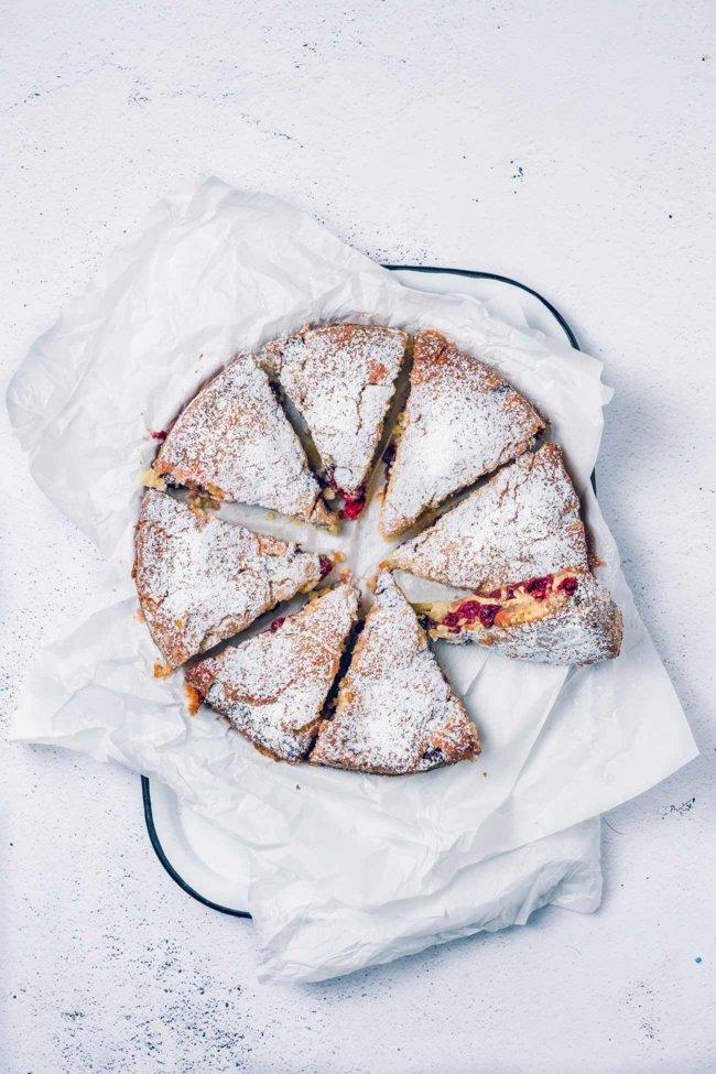 Hmmm… ein feuchter, leichter und luftiger Kirschkuchen mit einer leichten Zuckerkruste. Er ist einfach perfekt. Dies ist der Kuchen, den man auch mal in der Woche backen kann. Er ist so einfach zu machen, dass man ihn nach der Arbeit zubereiten und noch warm genießen kann, einfach so oder mit einer Kugel Vanilleeis darüber.