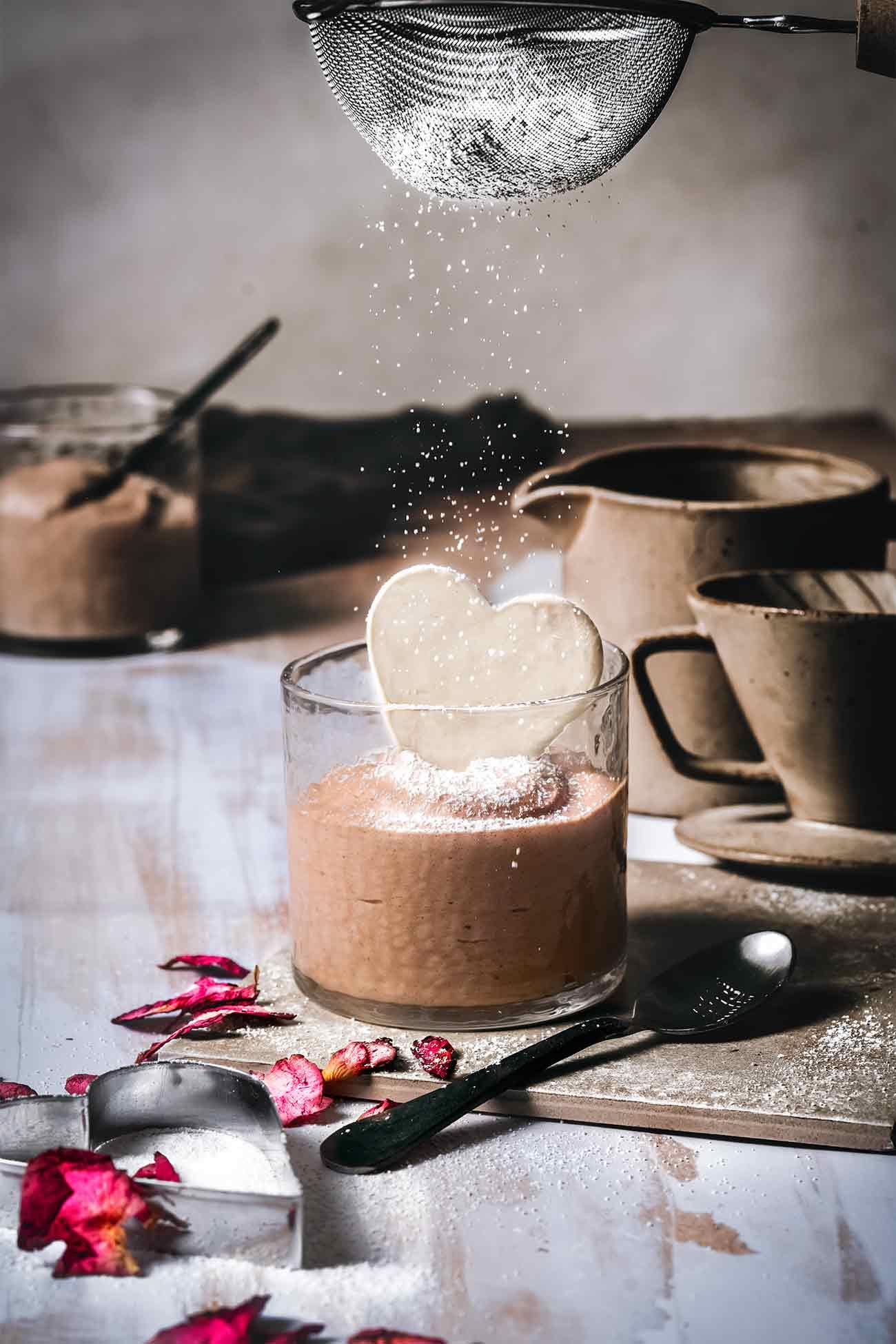 Bald ist Valentinstag und überall sind schon viele Köstlichkeiten in Herzform zu sehen. Du brauchst übrigens nicht unbedingt einen Grund wie einen Valentinstag, um jemanden eine Freude zu machen, denn die Wertschätzung darf jeden Tag stattfinden. Nur wenn du diesen einen Tag als Grund brauchst, ist es eigentlich Zeit zu gehen. Die Toblerone Mousse schmeckt jeden Tag richtig lecker und das Herzchen aus weißer Schokolade ist flott gemacht. Also los….