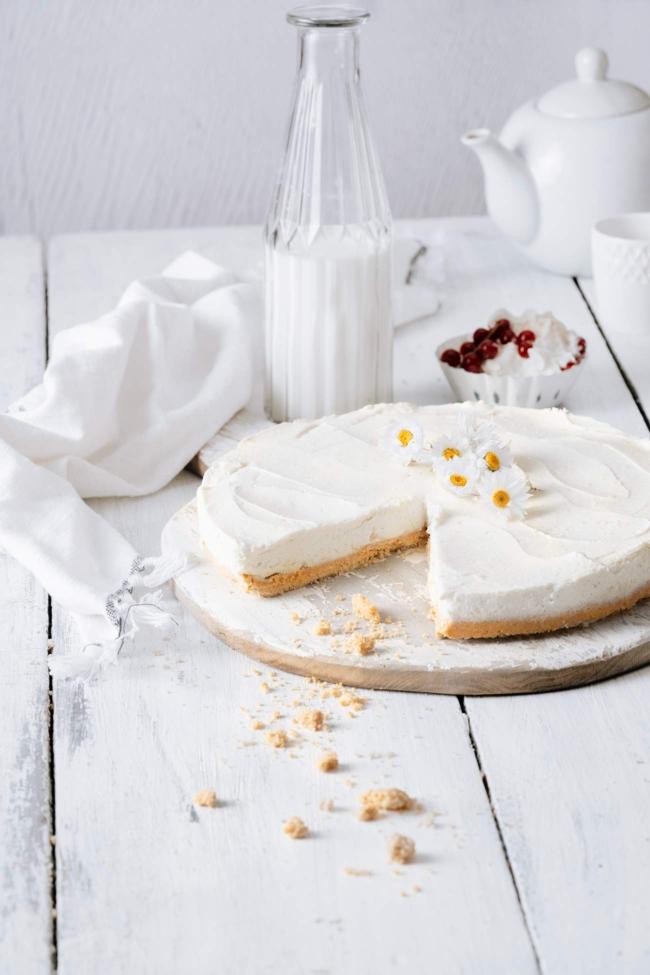 Sahnig, cremig und vanillig. Und das, ohne den Backofen anzuschmeißen. Ein perfekter Cheesecake, der mir nicht nur gestern den Nachmittag versüßt hat, sondern auch heute seine Dienste tun wird. Ich freu mich schon drauf.